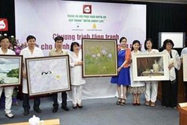 Trao tặng 35 bức tranh sơn dầu cho Bệnh viện Châm cứu Trung ương