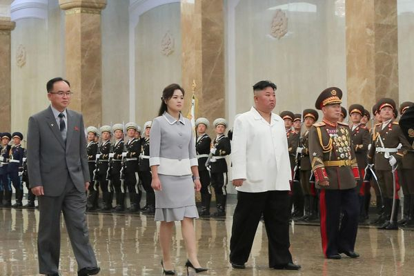 Ông Kim Jong Un viếng lăng ông nội