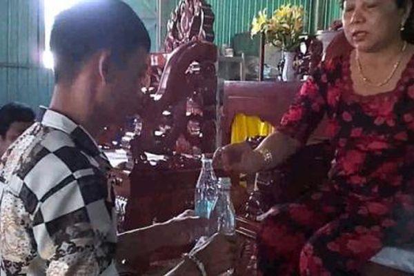 Ngàn lẻ một chuyện làng: 'Thánh mẫu' chữa bệnh bằng… nước lã