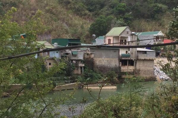 Nhà dân, trường học chênh vênh bên bờ Nậm Mộ