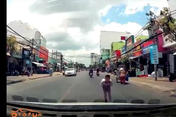 Cử chỉ đẹp của bác tài xế ô tô và cậu bé được nhường đường
