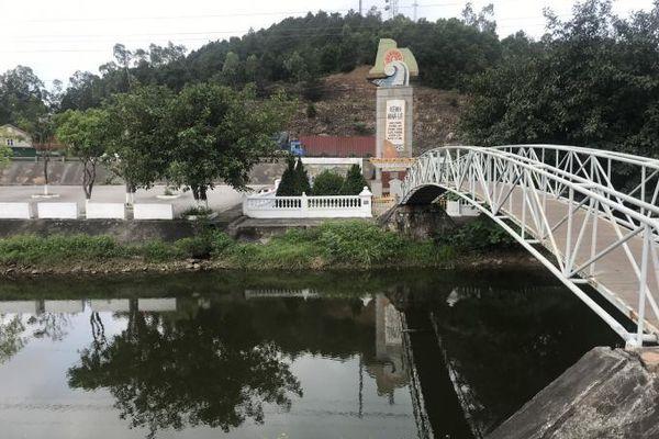 Dòng nước kênh nhà Lê ở Nghệ An chuyển màu đen, bốc mùi thối