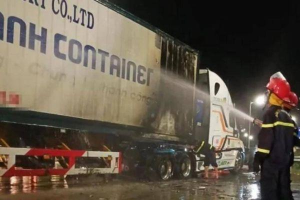 Xe đầu kéo bất ngờ bốc cháy trên đường dẫn vào cao tốc Đà Nẵng - Quảng Ngãi