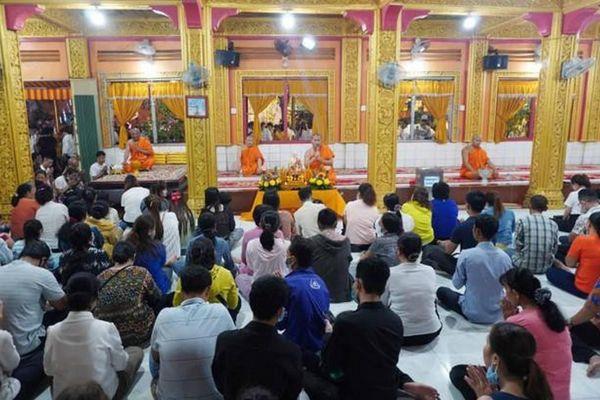 Phật tử về chùa Candaransi đắp núi cát và núi gạo