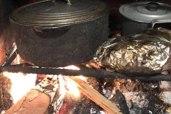 Nhớ thương mùi khói, chồng chiều vợ làm gian bếp củi giữa lòng phố thị, nấu món nào cũng rưng rưng cay xè mắt