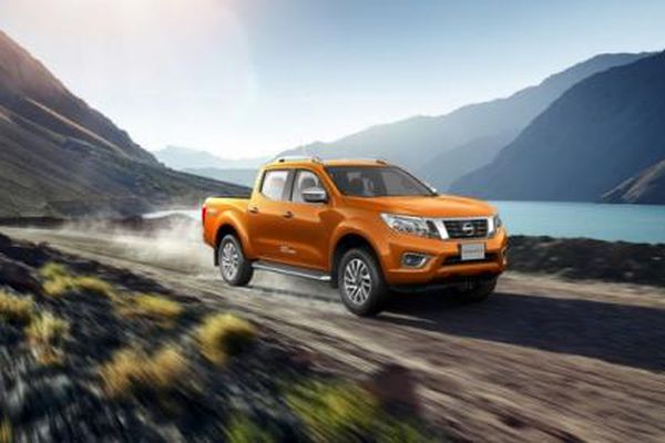 Nissan Navara 'ra chiêu' gì khi tụt hậu với đối thủ trực tiếp Ford Ranger?