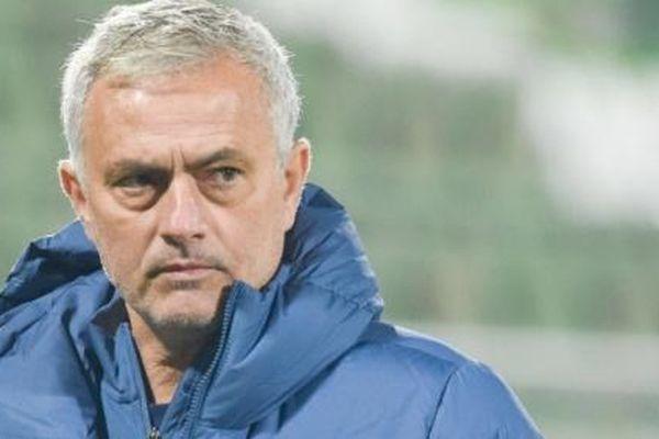 Ghế của Jose Mourinho tiếp tục lung lay