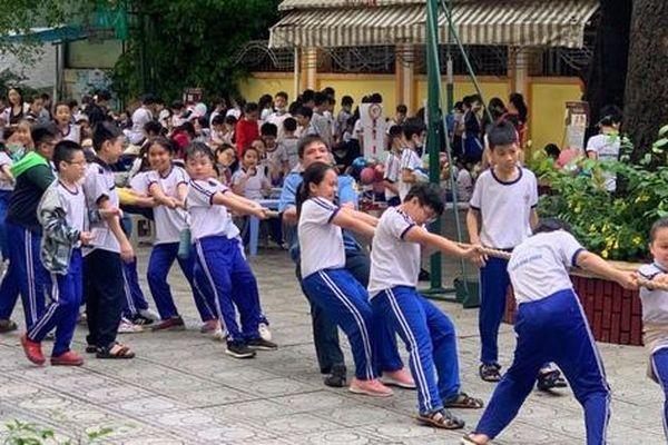 Trường Tiểu học Nguyễn Bỉnh Khiêm: Học sinh nhảy sạp, ném còn... ngay sân trường