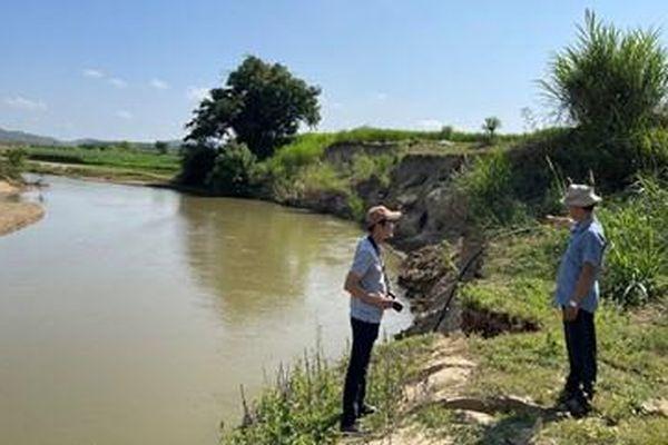 Khai thác cát trên sông Krông Bông gây sạt lở đất