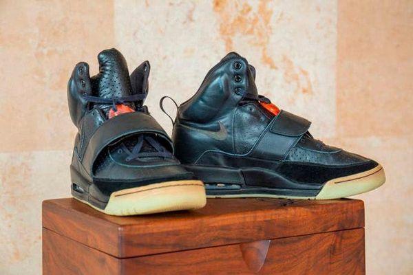 Giày sneaker của rapper Kanye West sẽ có giá kỷ lục trên 1 triệu USD