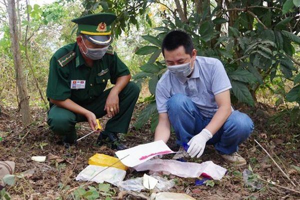 Hai người đàn ông vứt lại túi xách chứa 12.000 viên ma túy rồi bỏ chạy qua biên giới Lào