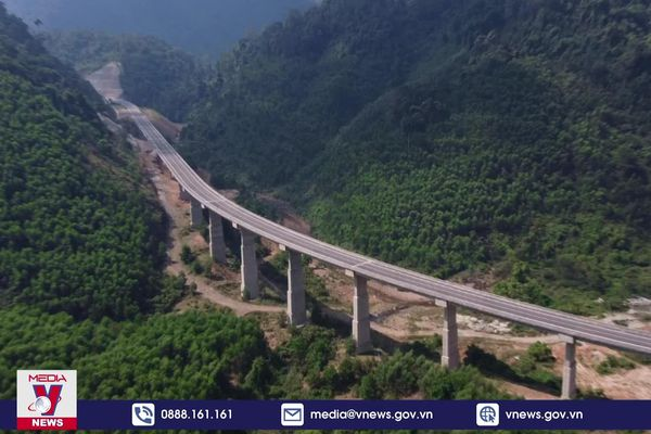 Cảnh sắc mê hoặc của cao tốc nối Huế - Đà Nẵng