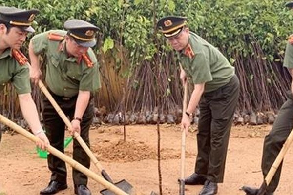Cục Công nghiệp An ninh phối hợp Công an tỉnh Phú Thọ trồng mới 1.000 cây xanh
