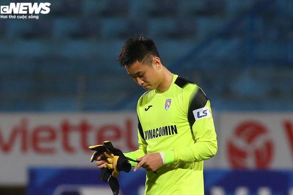 Cựu thủ môn U23 Việt Nam mắc sai lầm, HLV Quảng Ninh ôm đầu bất lực
