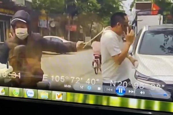 Đang đi bộ, người đàn ông bị tên cướp giật phăng chiếc dây chuyền