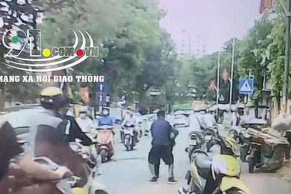 Tài xế bị đấm, lên gối ngay giữa đường vì mở cửa xe gây tai nạn cho người khác