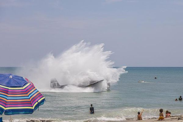 Khoảnh khắc máy bay Mỹ đáp khẩn cấp xuống biển