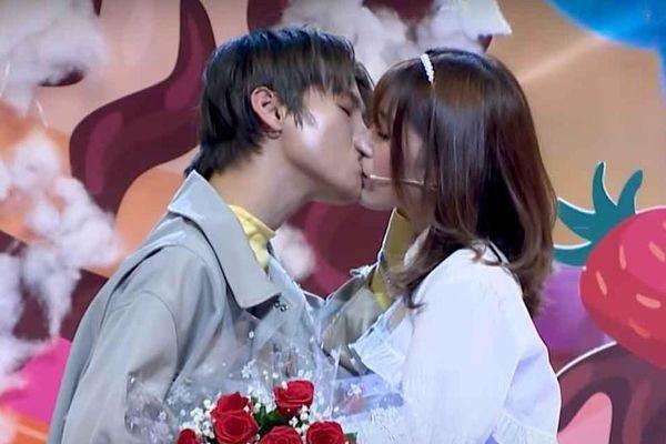 Ca sĩ Phạm Đình Thái Ngân đòi hôn khách mời nữ trên truyền hình