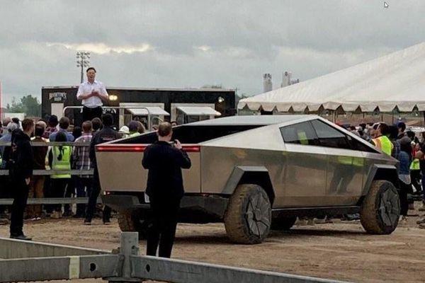 Elon Musk lái Cybertruck đến nhà máy Tesla ở Texas