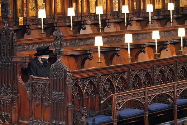 Nghẹn ngào hình ảnh Nữ hoàng ngồi một mình giữa hàng ghế dài như vô tận tiễn đưa người chồng yêu dấu