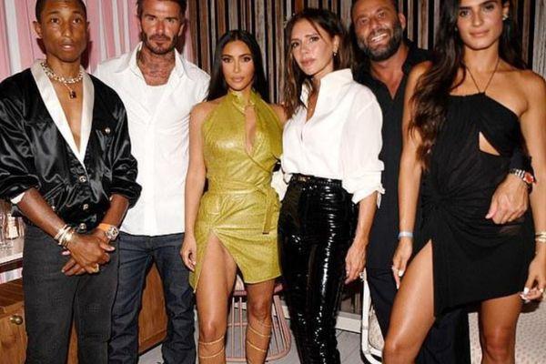 Tỷ phú đô la Kim Kardashian diện váy cắt xẻ đọ dáng với Victoria Bekcham