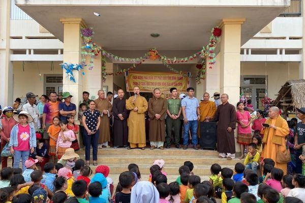 Ban Từ thiện Phật giáo tỉnh Bình Thuận trao quà tại huyện Đắk Glong