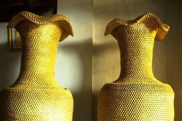 Cặp lục bình cao 1,86m được làm từ hơn 10 triệu khoen lon