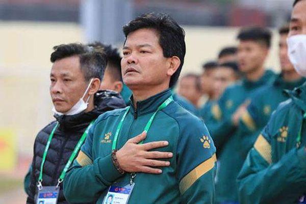 HLV Nguyễn Văn Sỹ và Mano Polking đấu khẩu gay gắt