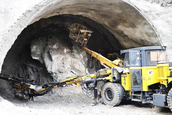 Điều chỉnh từ đường xuyên núi thành hầm xuyên núi