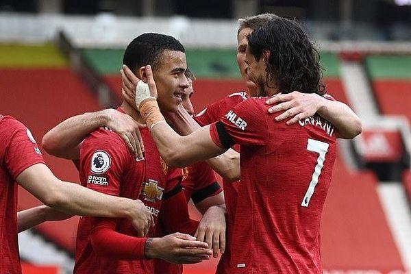 Đè bẹp Burnley, Man Utd quyết bám đuổi Man City
