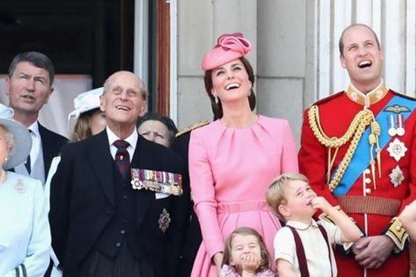 Harry định ở lại Anh dự sinh nhật Nữ hoàng, nhưng Nữ hoàng có hẳn 2 sinh nhật, vì sao vậy?