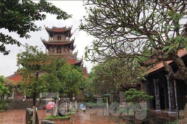 Độc đáo ngôi chùa phủ đầy gốm sứ