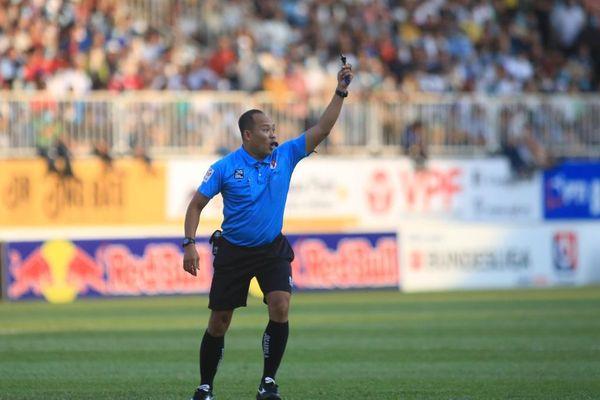 Hậu vệ Hà Nội FC đánh cùi chỏ vào mặt Hồng Duy: Tại sao rút thẻ vàng?