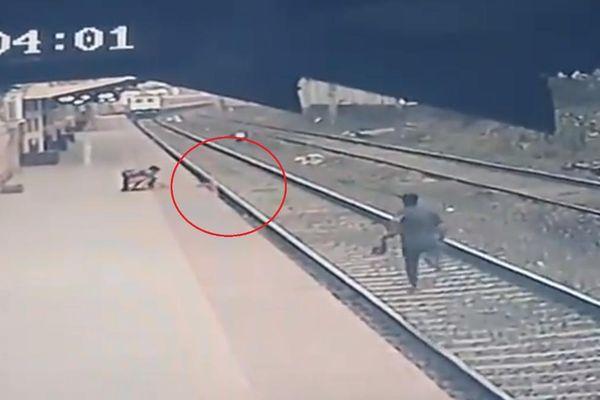 Con trai ngã xuống đường ray, người mẹ khiếm thị la hét và phép nhiệm màu xuất hiện