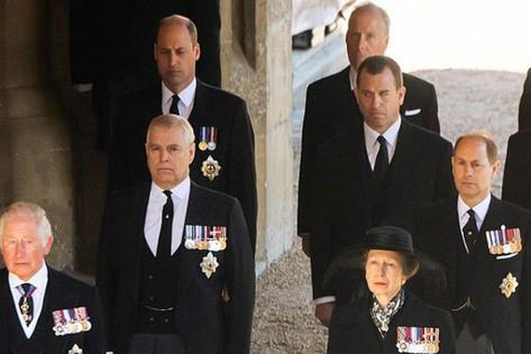 'Hoàng tử William yêu cầu em họ đứng giữa mình với Harry'