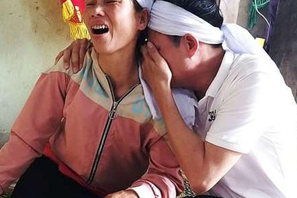 Người cha nghèo khóc nghẹn ở sân bay vì nóng lòng về nhìn mặt con gái vừa tử nạn lần cuối