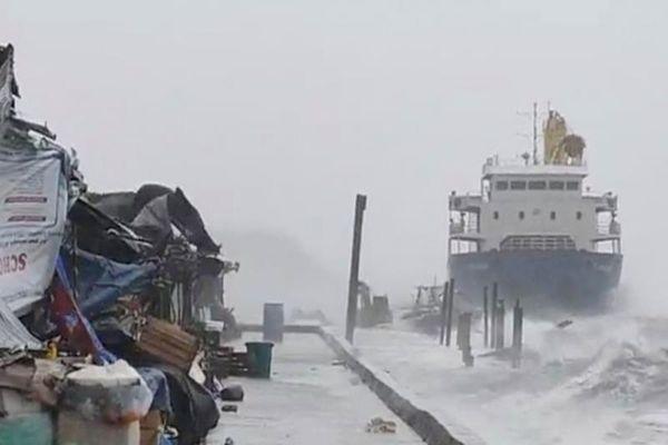 Siêu bão Surigae: Tàu mắc cạn, 20 thủy thủ đang được tìm kiếm