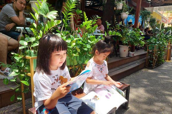 Những thiên thần nhỏ theo ba mẹ tới đường sách ngày Giỗ Tổ