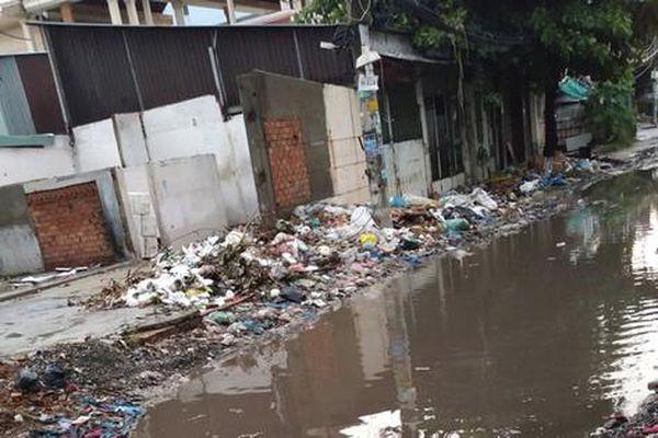 Đầu hẻm bị sình lầy, ngập nước khi mưa