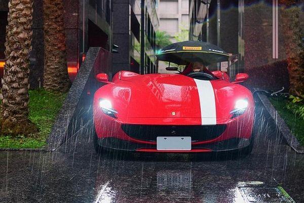 Đại gia chi 65 tỷ đồng 'tậu' Ferrari Monza SP1, mưa vẫn phải che dù