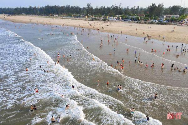 Vừa khởi động mùa du lịch, các bãi biển Hà Tĩnh đã nhộn nhịp du khách
