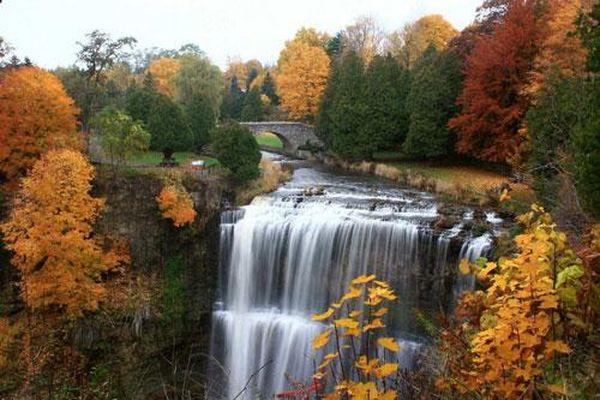 Thành phố có hơn 100 thác nước nằm ở quốc gia nào?