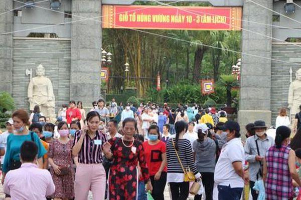Hàng ngàn người dân đội nắng kéo về TP.Thủ Đức dự lễ giỗ Tổ Hùng Vương
