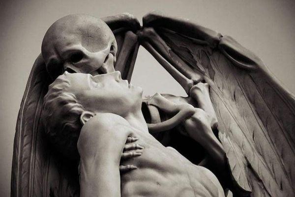 Bức tượng bộ xương hôn người ở nghĩa trang