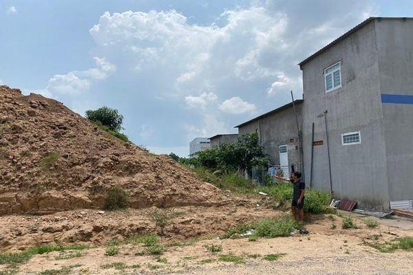 Dân vùng sạt lở khổ với 'núi đất'