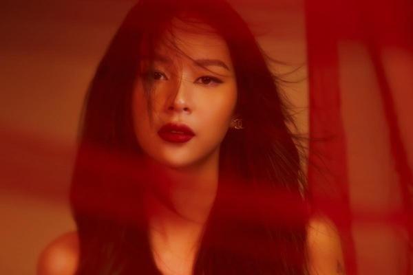 Phí Phương Anh thay đổi phong cách trong MV mới