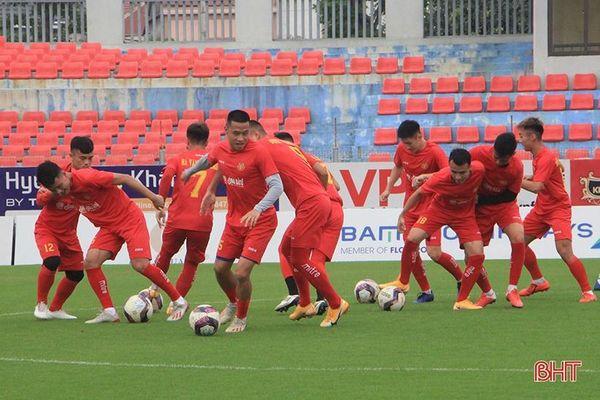 Đội CAND làm quen sân chuẩn bị gặp chủ nhà Hồng Lĩnh Hà Tĩnh ở Cup quốc gia