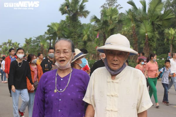 Cụ ông 90 tuổi dìu cụ bà vượt hơn trăm bậc đá dâng hương Vua Hùng