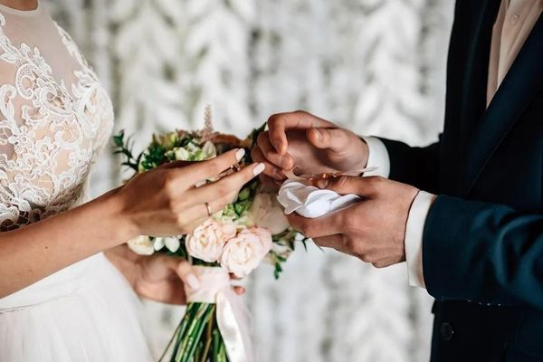 Cặp đôi Mỹ tự ý tổ chức đám cưới ở biệt thự của người khác
