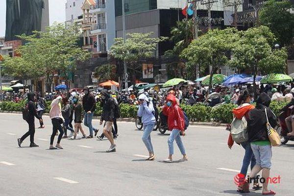 Hà Nội: Người đi bộ sang đường kiểu 'giỡn mặt' tử thần